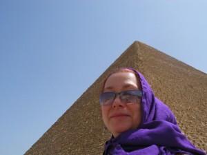 Femme aux pyramides