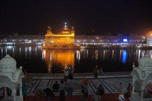 Le temple d'Or la nuit est éclairé de mille feux.