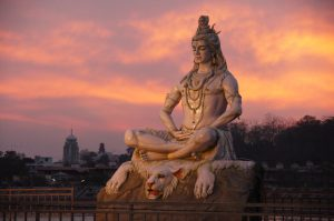 Statue de Shiva sur le Gange au coucher du soleil