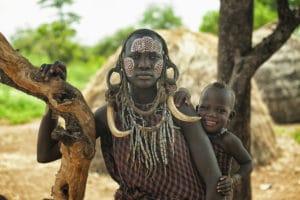 Une mère Mursi et son fils en Éthiopie - Voyages en petits groupes et sur mesure en Asie, Afrique, Amérique du Sud