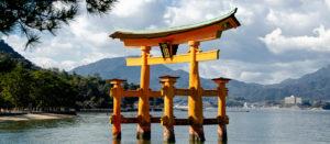 Voyage organisé en petit groupe - coucher soleil sur Torii Miyajima - Japon - Agence de voyage Les Routes du Monde