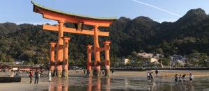 Voyage organisé en petit groupe - marée basse Torii Miyajima - Japon - Agence de voyage Les Routes du Monde