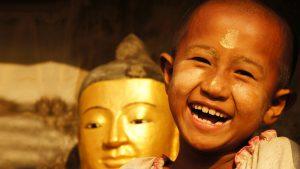 Jeune fille souriante au Myanmar - Voyages en petits groupes et sur mesure en Asie, Afrique, Amérique du Sud