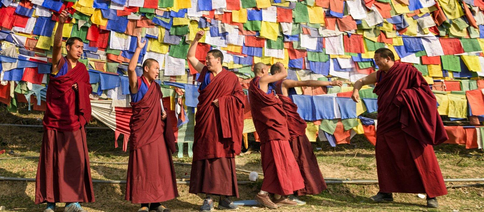 Moines Bon et drapeaux de prières à Solan en Inde