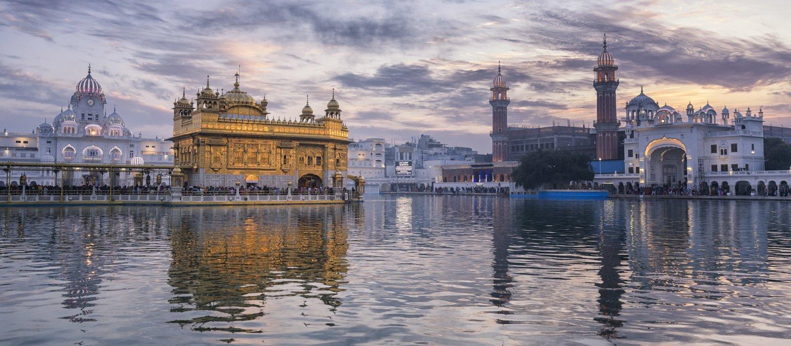 Levé de soleil au Temple d'or d'Amritsar, Inde