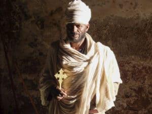 Voyage organisé en petit groupe - prêtre orthodoxe Lalibela - Éthiopie - Agence de voyage Les Routes du Monde