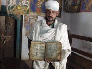 Voyage organisé en petit groupe - prêtre Lalibela - Éthiopie - Agence de voyage Les Routes du Monde