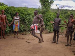Voyage organisé en petit groupe - danse Bana - Éthiopie - Agence de voyage Les Routes du Monde