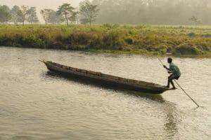 Voyage organisé en petit groupe - pirogue parc de Chitwan - Népal - Agence de voyage Les Routes du Monde