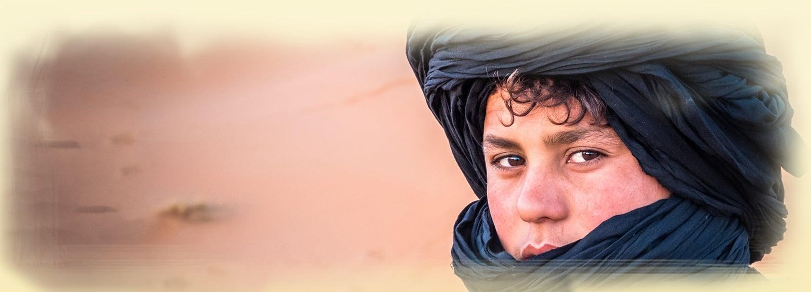 Jeune touareg dans le désert de Merzouga au Maroc - Les Routes du Monde