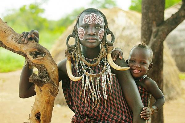 Voyage organisé en petit groupe - Ethnie Mursi - Éthiopie - Agence de voyage Les Routes du Monde